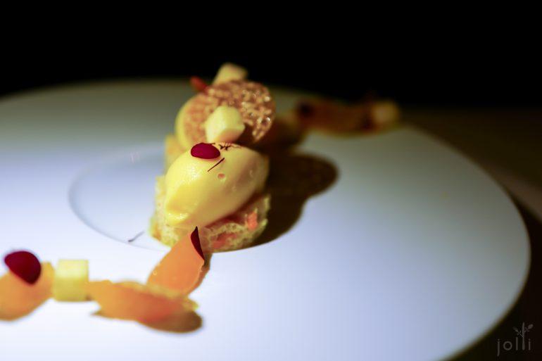 橘子雪葩及海绵蛋糕,配以芝麻脆饼、藏红花、橘子及玫瑰