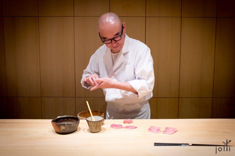 荒木全神贯注握寿司