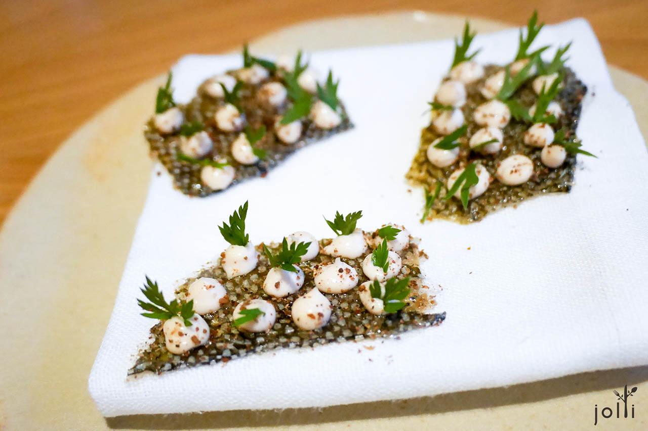 脆鱈魚皮配鱈魚子醬