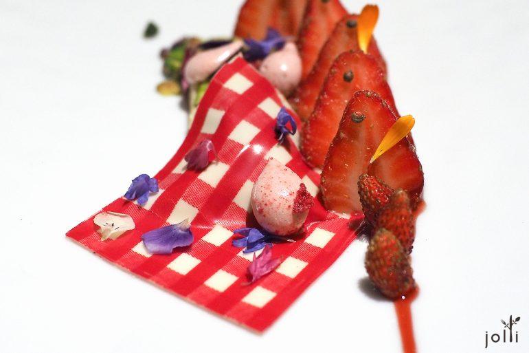浸渍草莓-橄榄油饼干-果冻-冰淇淋,还有郊外野餐的巧克力小毯子