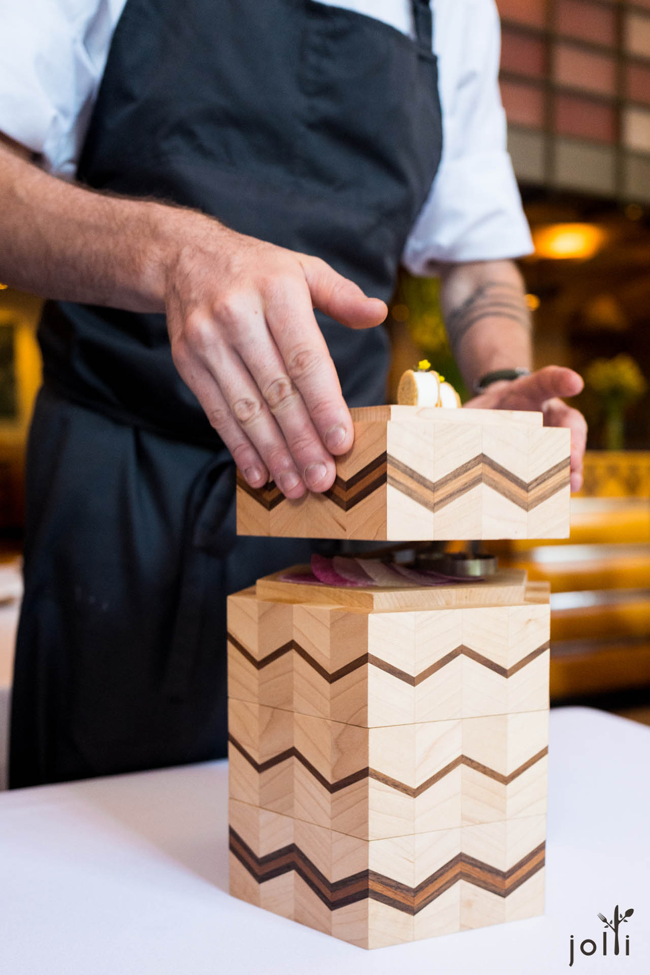 四个精致木盒,装有四种小点