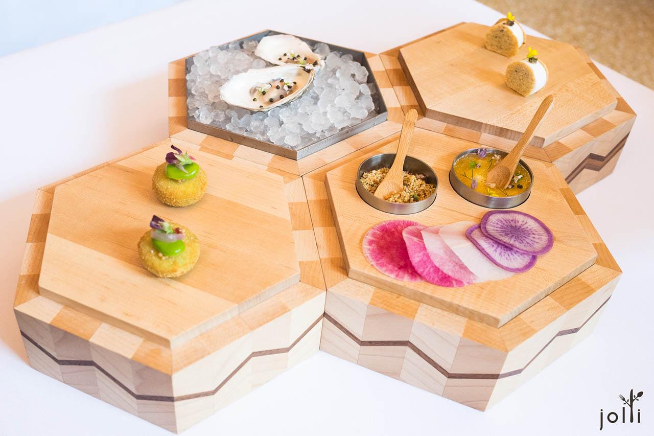 蚕豆炸饼-牡蛎配鱼子酱和法式酸奶-比基托蟹及梭子鱼籽沙拉-脆苋菜红与干葱