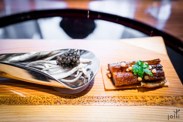 左:小鰻魚佐魚子醬;右:蒲燒鰻魚米餅