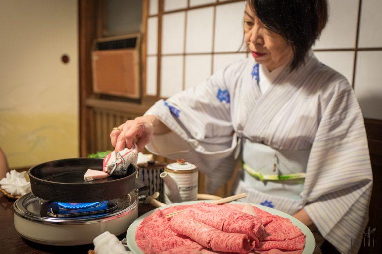 為我們烹製壽喜燒的仲居