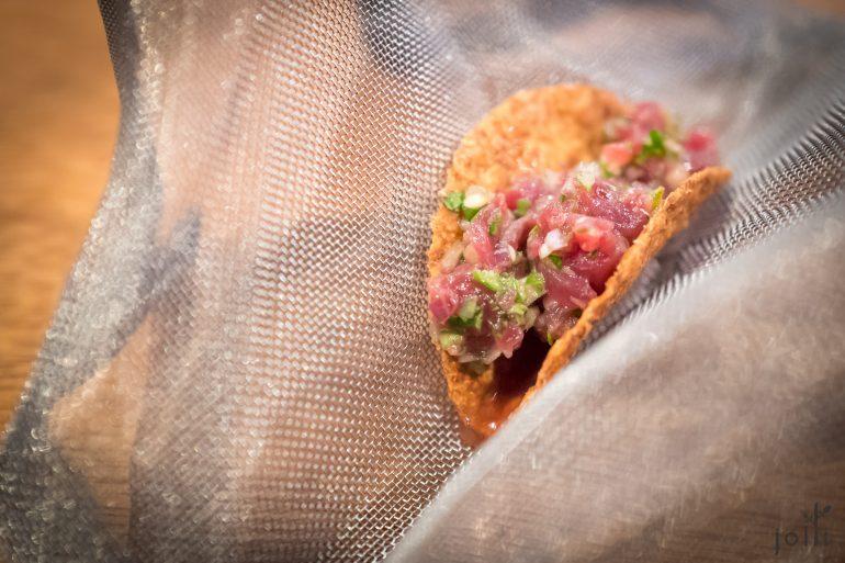 薄饼卷里塞满漬鲔鱼赤身