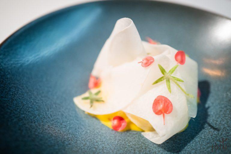 青檸醃聖子,配以Aji amarillo黃辣椒-檸檬奶油-奶泡沫做成的濃稠醬汁,鋪上 Jicama豆薯片,撒下蘋果花及琉璃苣莖