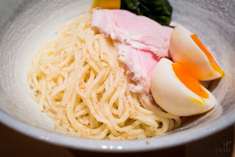 配有叉烧、半熟蛋、竹笋、海带、炖猪肉、葱及馄饨