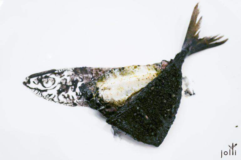 用日本傳統魚拓法將鯖魚蘸墨印到盤上