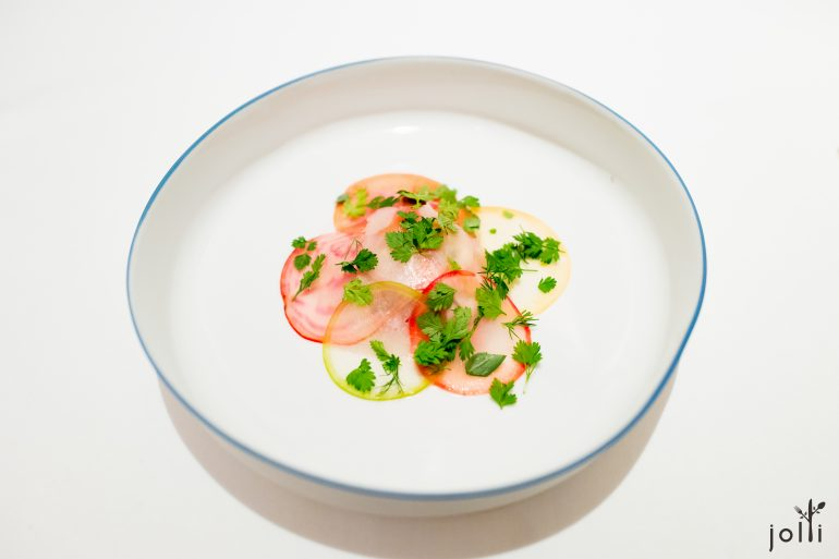 小牛鞑靼-牡蛎-辣根奶油-甜菜根和小萝卜片