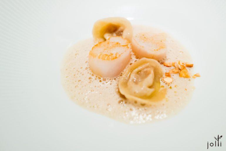 扇貝及奶酪洋蔥餛飩,佐菊芋醬汁