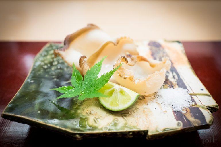鲍鱼蘸海盐和青柠汁