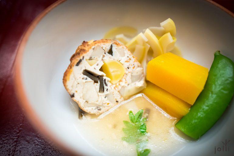 豆腐丸裹着银杏、胡萝卜、百合、黑木耳、昆布及香菇