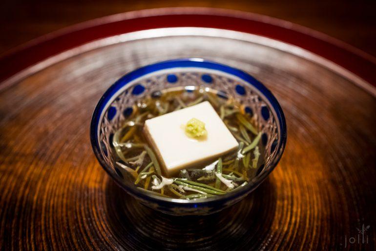 芝麻豆腐配以配以蓴菜、冷出汁及山葵