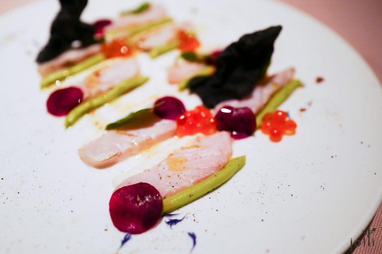 鲟鱼片-鲑鱼子-辣根奶油-牛油果奶油-甜菜根片