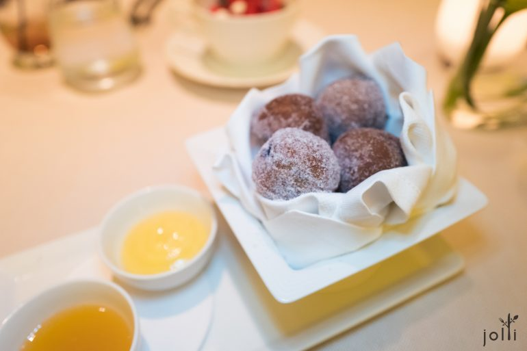 藍莓甜甜圈,佐生蜂蜜及甘菊檸檬凝乳