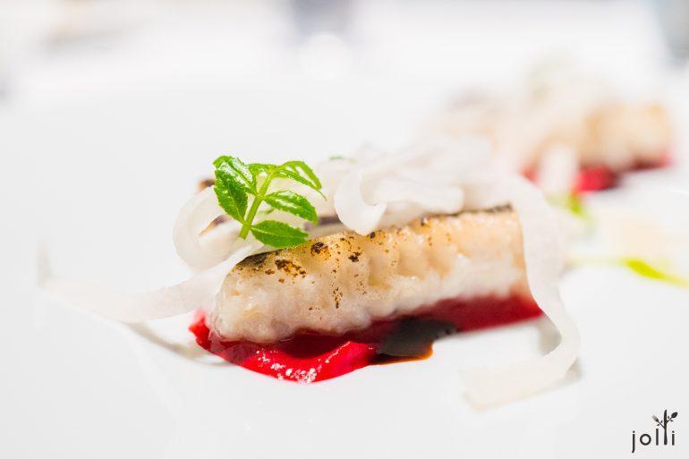 鳢鱼配红菜头酱汁、甜虾焦糖、山椒油及大头菜
