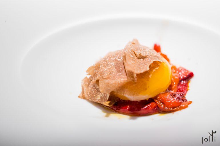 烟熏鸡蛋配烤红甜椒及白松露