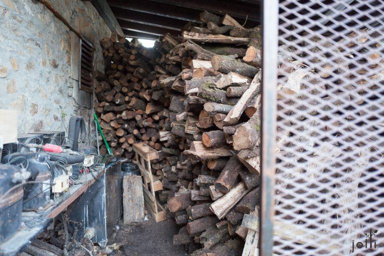 用橡樹及葡萄藤枯枝製作木炭