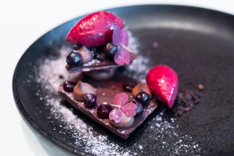 巧克力黑醋栗蛋白酥配黑醋栗冰糕