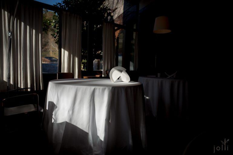 靠窗的餐桌