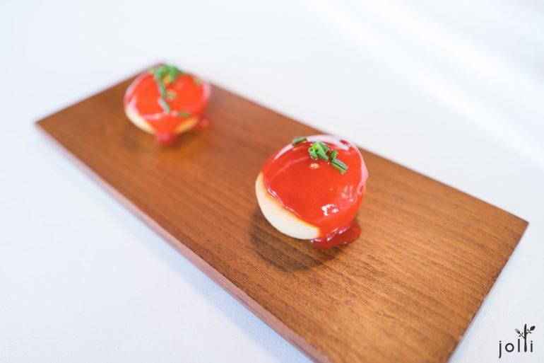 炸面圈淋上西班牙红蝦酱汁