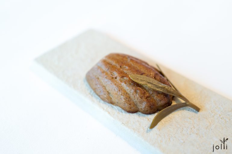 小牛肝酱玛德琳蛋糕配腌渍茴香叶