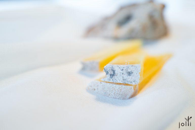 三种羊奶奶酪,分别成熟3、6和9个月