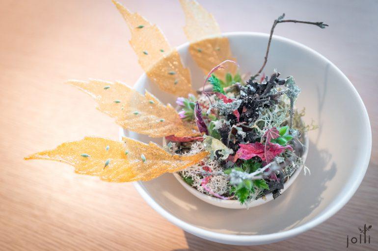 脆菊芋葉配黑麥醋及榛子油的蛋黃醬
