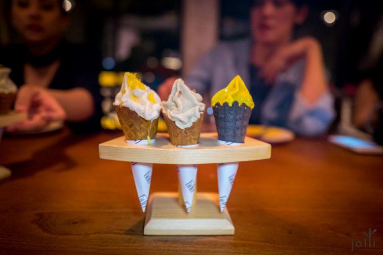 3种口味的冰淇淋甜筒