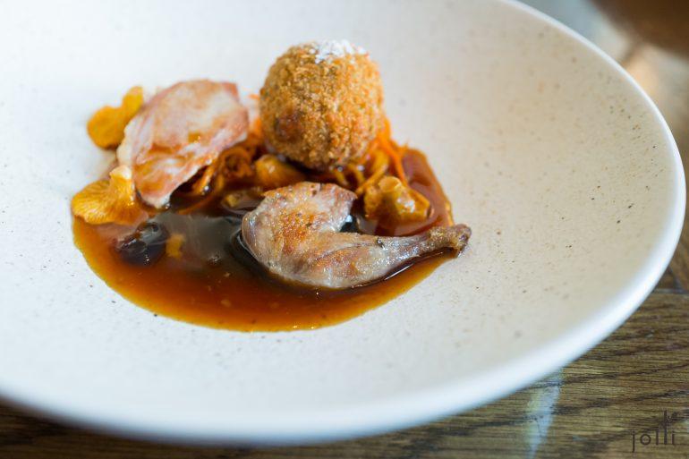 烤鵪鶉脯及腿配胡蘿蔔蘑菇番茄醬