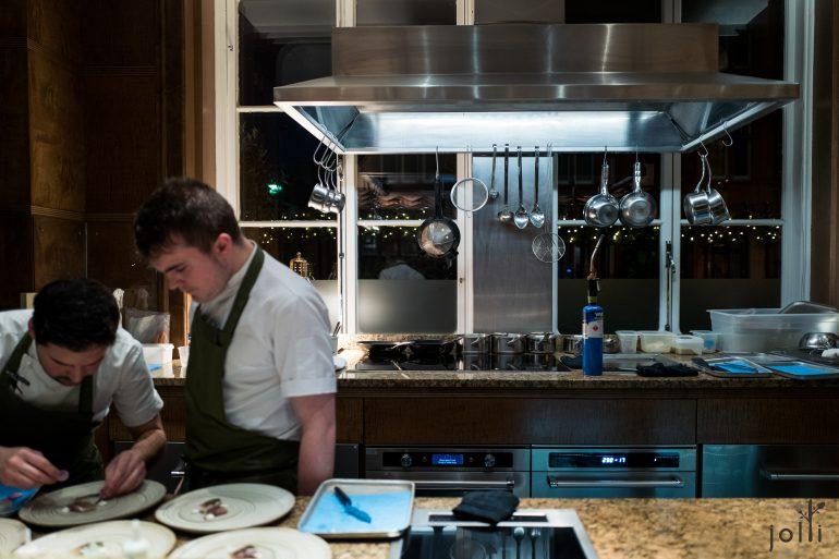 客人坐在開放式廚房的吧台
