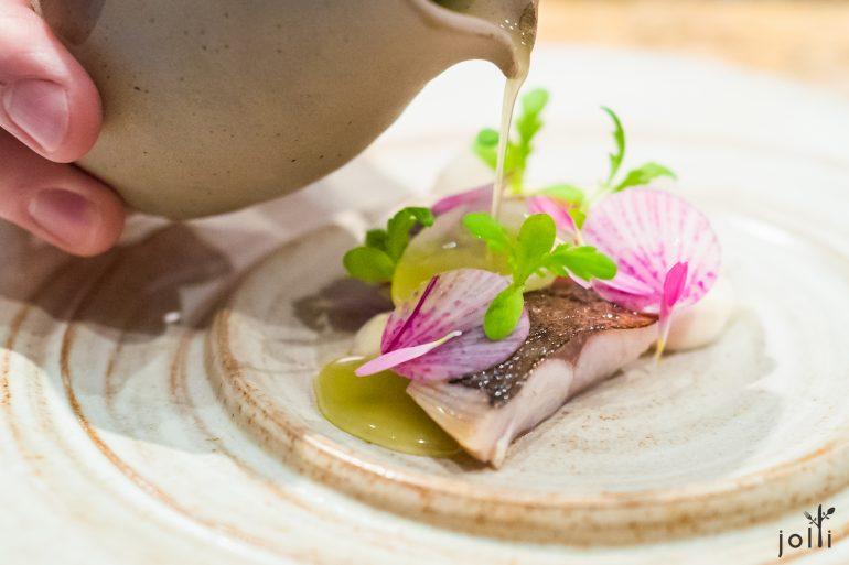 鯖魚搭蘋果濃汁、醋漬苤藍、牡蠣奶油及小蘿蔔