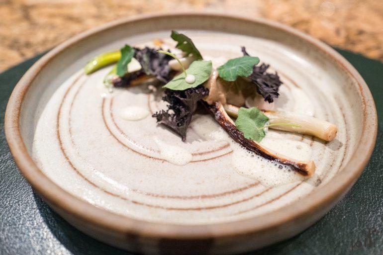 烤大蔥、日本濕地蘑菇、脆羽衣甘藍及乳清蛋白醬汁