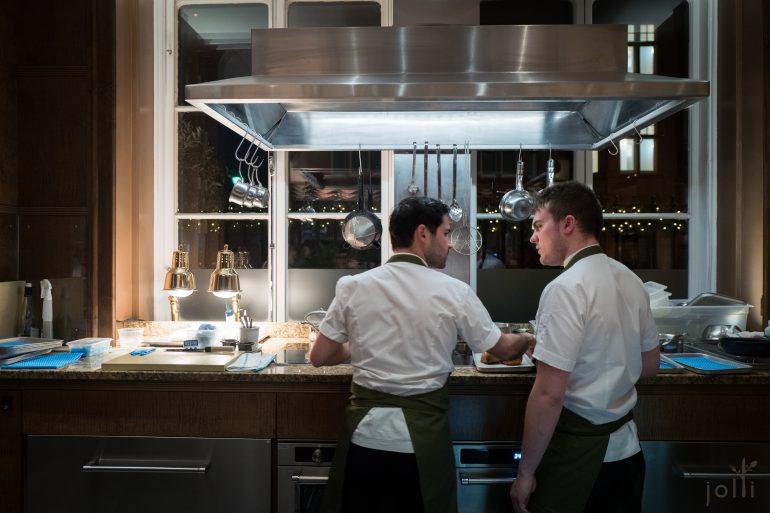 厨师们在餐桌前烹调