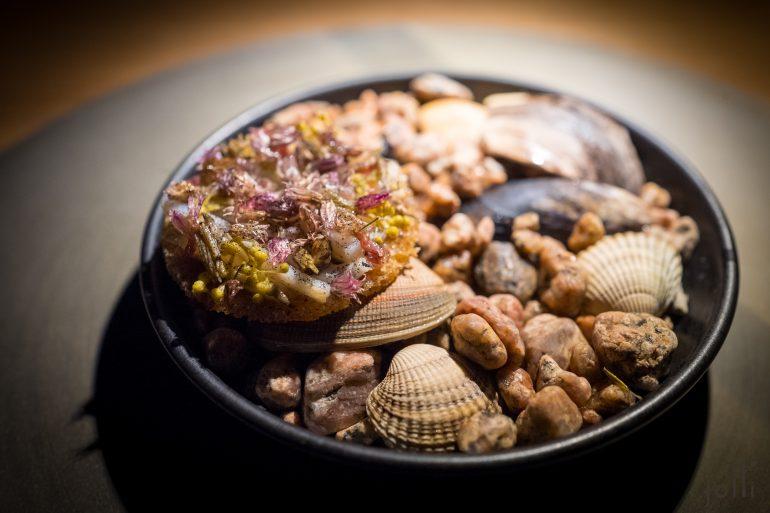 酵小麦脆饼-烤墨鱼-腌花-海莴苣-鸟蛤汁-味噌