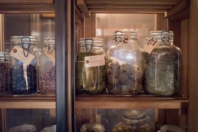 厨房里的香料柜