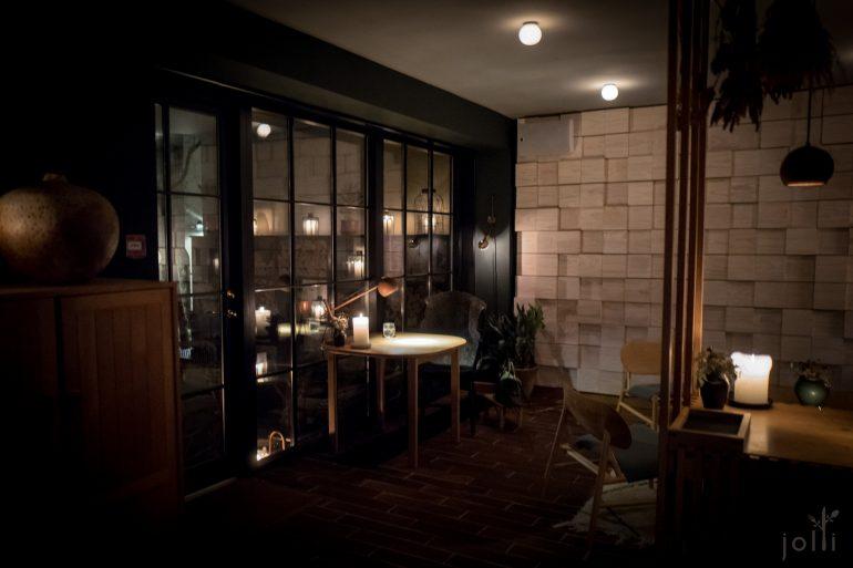 餐厅第一次摆设厨师餐桌,更细心地装上小灯