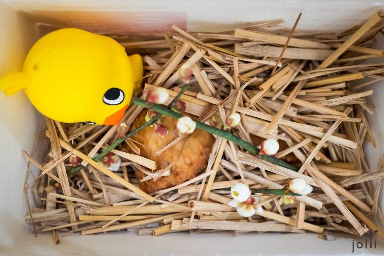 打開盒子是炸雞及小雞玩具