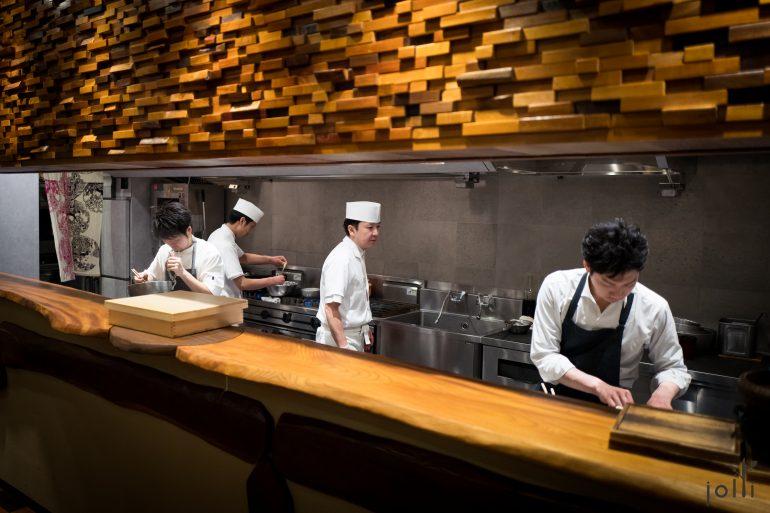 开放式厨房,左边的是主厨長谷川在佑,右边的是左右手寺田惠一