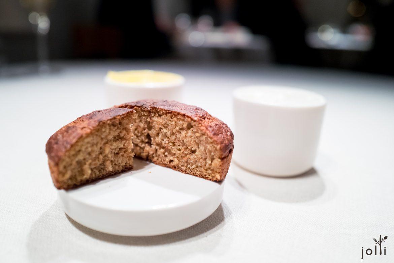 炭烤四谷蜜糖面包,配以黄油及山羊奶油