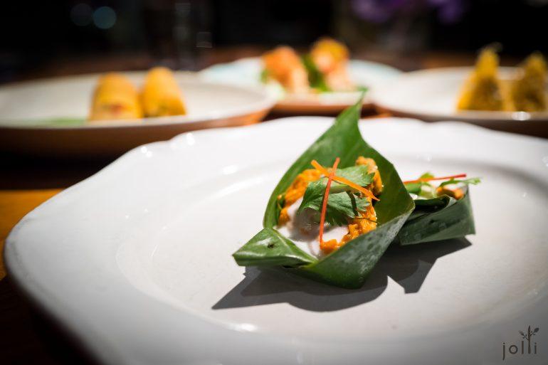 蒸扇贝红咖喱配泰国罗勒