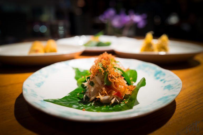 槟榔叶盛着猪肉和龙虾
