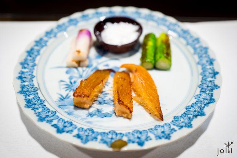 用出汁煨后煎的鱼翅
