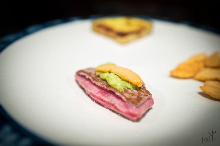 牛肉千层酥佐柑橘酢、萝卜泥和脆蒜片