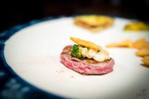 牛肉千层酥佐脆蒜片、山葵及酱油