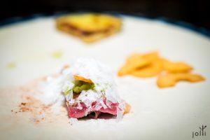 牛肉千層酥佐山葵、脆蒜片跟淡雪鹽