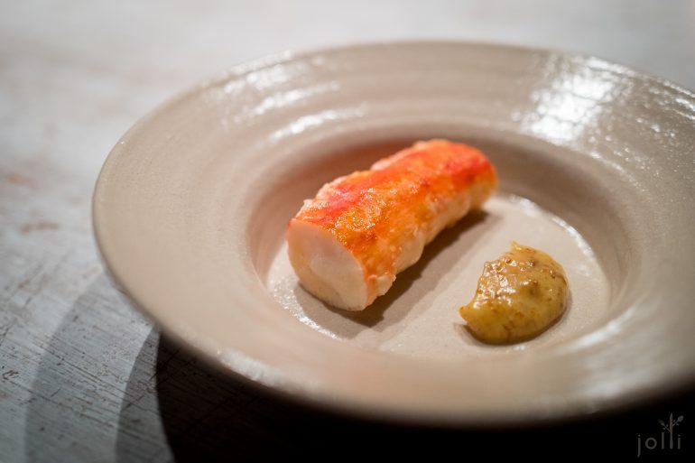 帝王蟹蘸几乎焦的奶油