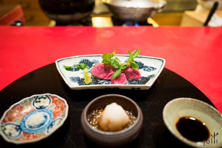 炙烧神户尾根肉,蘸盐、生姜酱油萝卜泥、溜酱油或山葵