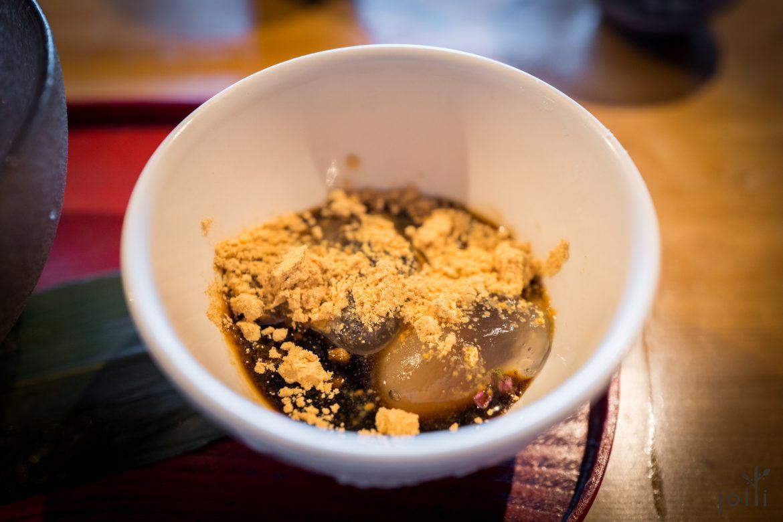 蕨餅配黑蜜及黄豆粉