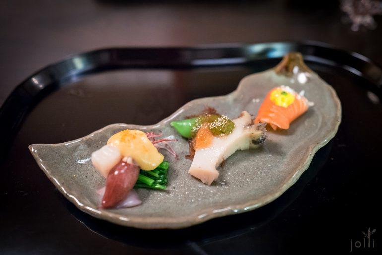 鲑鱼卷洋葱、鲍鱼配鲍肝酱、炙扇贝跟荧光鱿鱼蘸蛋黄白味噌酱